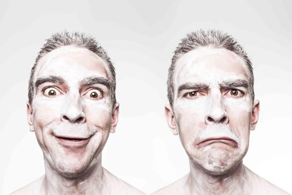 Foto van dezelfde man met twee verschillende gezichtsuitdrukkingen. Die linker denkt nu overduidelijk aan hihihahahoho.com