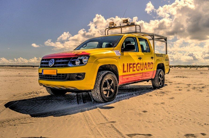 Foto van een life-guard auto op het strand, want zo veilig is backup-beheer van Mackrad.nl