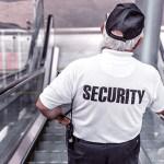 Foto van een bewaker op een roltrap.