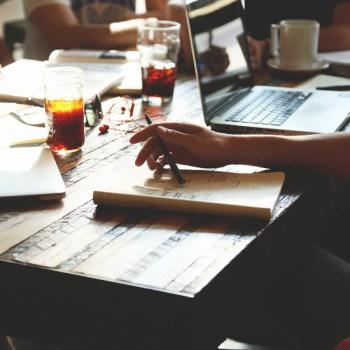 Foto van mensen die aan het brainstormen zijn, of bezig zijn met advies en consultancy.