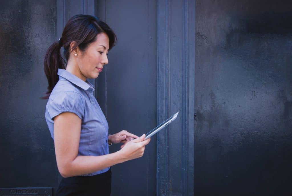 Rechtenvrije foto via Pexels van zakenvrouw met tablet.