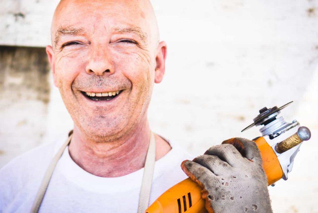 Rechtenvrije foto via Pexels van man die blij is met zijn werk.