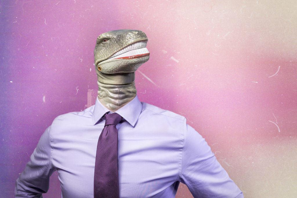 Rechtenvrije foto van een hagedisachtige salesman. Zo stellen wij ons een verkoper voor die de domeinnamen verkooptruc toepast.