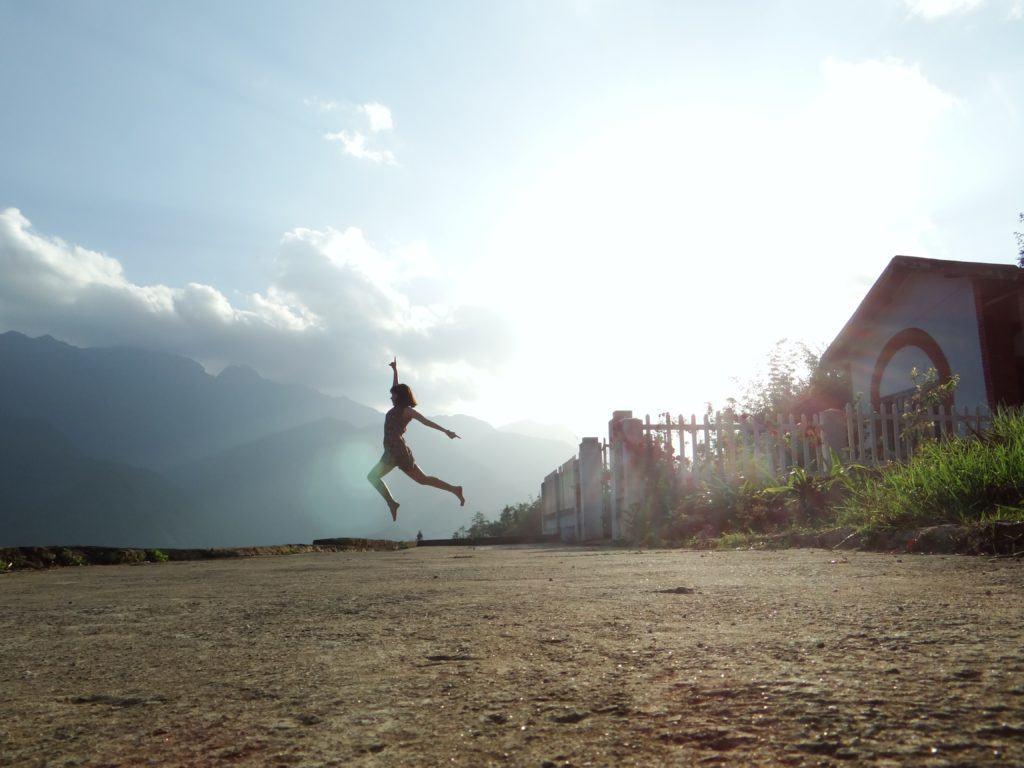 Ik dans, jij danst, deze vrouw danst op straat.
