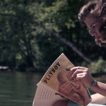 Rechtenvrije foto van een lezende vrouw via Unsplash - Verboden te lezen