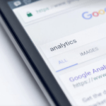 Rechtenvrije foto van Google op mobiel via Unsplash.com omdat zoekmachine optimalisatie zo belangrijk is.