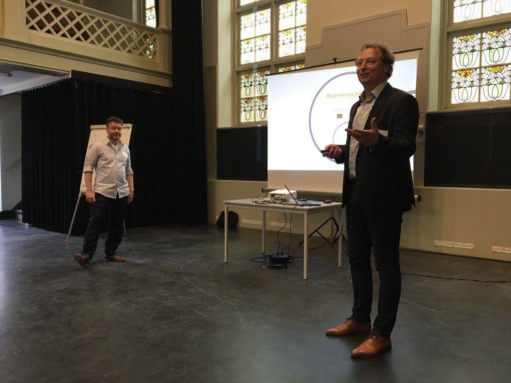 Foto van Frank Huysmans en Marcus Bergsma tijdens hun presentatie over Privacy en Bibliotheken.