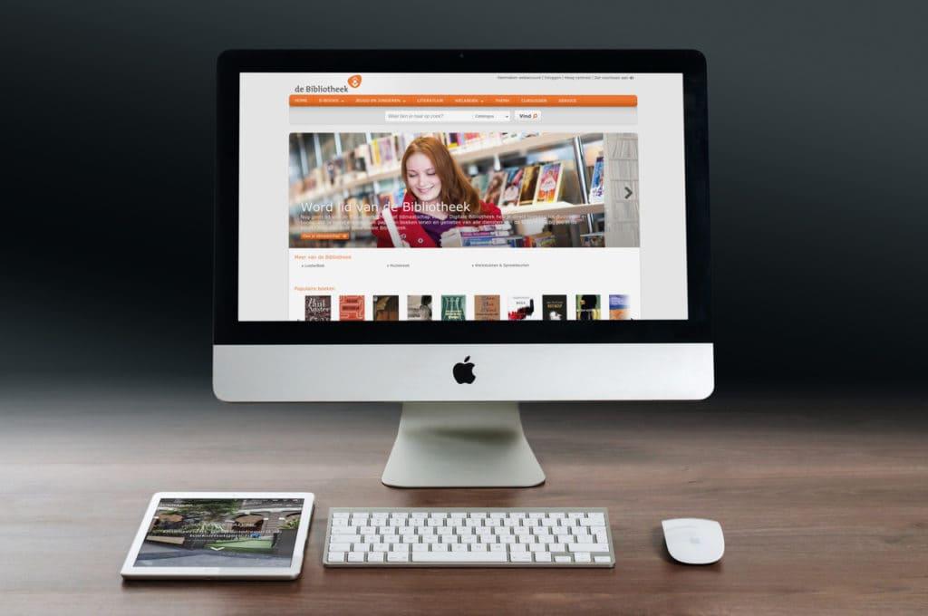 Foto van desktop en ipad via MagicMockups.com behorende bij het artikel over publiekscomputers en privacy.