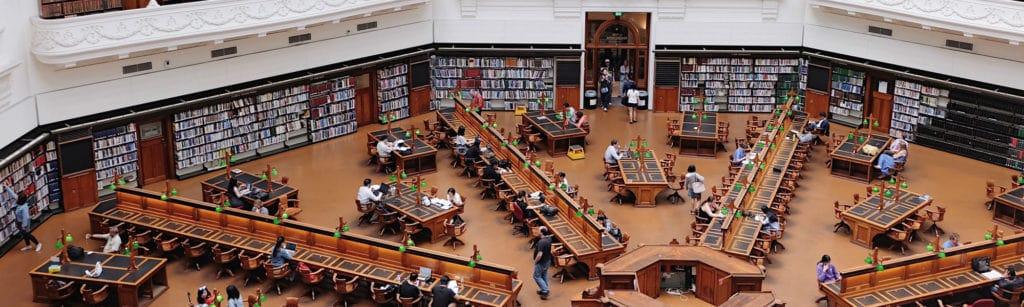Rechtenvrije foto van Geraldine Lewa via Unsplash van een bibliotheek.