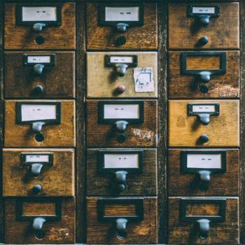 Rechtenvrije foto van Sanwal Deen via Unsplash.com van een bibliotheek kaartenbak behorende bij het artikel over bibliotheekwebsites en catalogussysteem.