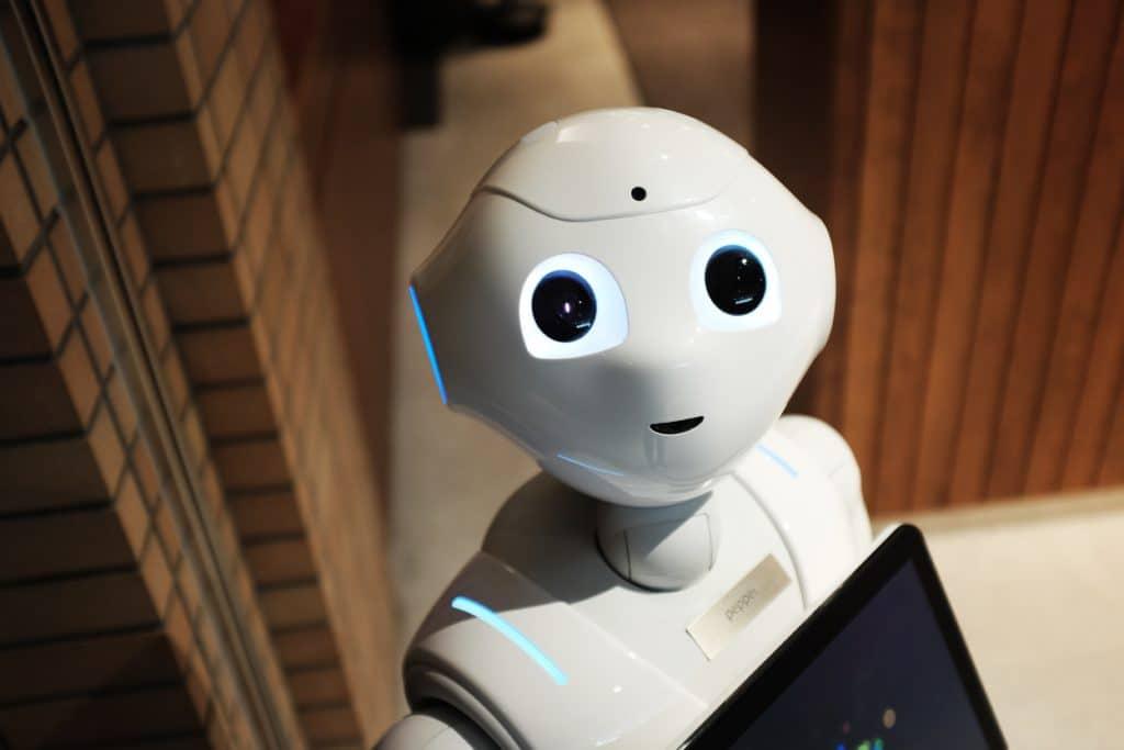 Rechtenvrije foto van een robot door Alex Knight via Unsplash zoals ik me een Facebook chatbot voorstel.