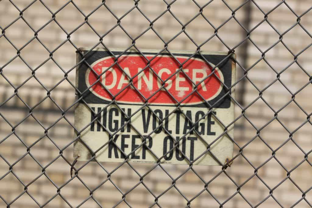 Rechtenvrije foto van een waarschuwingsbord via Unsplash van Mark Riechers.