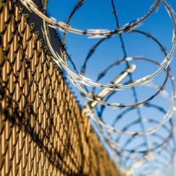 Rechtenvrijefoto van prikkeldraad door Robert Hickerson via Unsplash voor bij het artikel over Facebook beveiliging en aanmelding.