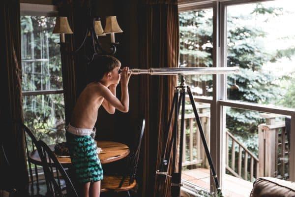 Rechtenvrije foto van jongen met verrekijker van Teddy Kelley via Unsplash.