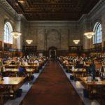 Rechtenvrije foto van een bibliotheek van Rob Bye via Unsplash.com