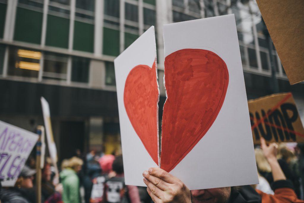 Foto van een gebroken hart door Cooper Smith via Unsplash. Broken links zorgen voor een gebroken hart.