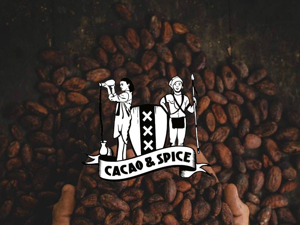 Foto van koffiebonen en logo Cacao and Spice