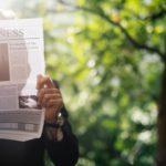 Rechtenvrije foto van man die krant leest via Unsplash door Rawpixel. Bij het artikel over AVG en nieuwsbrieven.