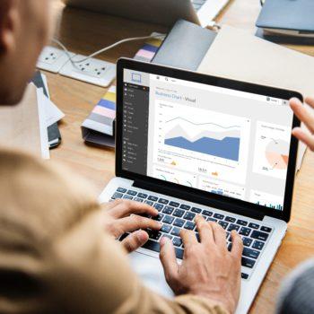 Rechtenvrije afbeelding van mensen die kijken naar statistieken op een laptop van Rawpixel via Unsplash behorende bij het artikel over AVG en website statistieken.