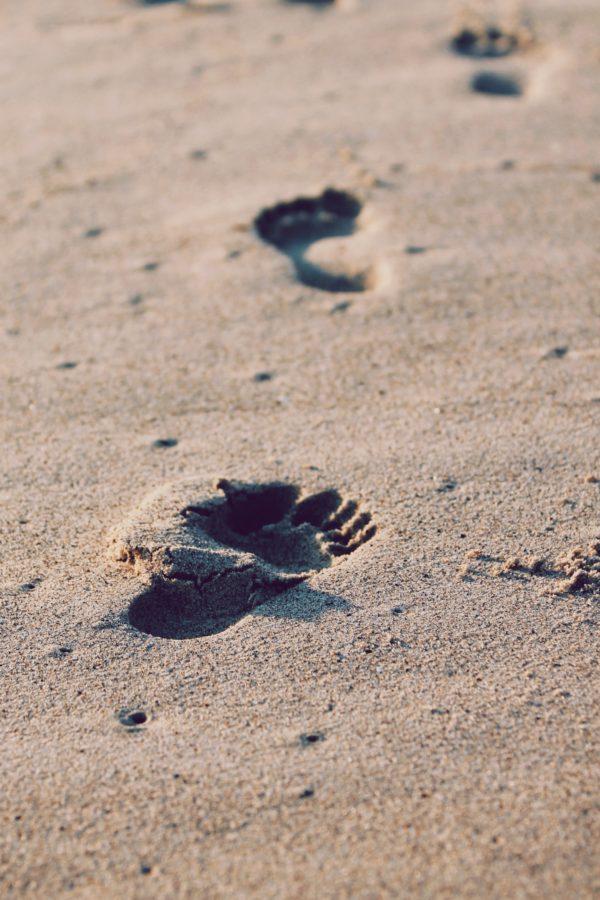 Rechtenvrije afbeelding van voetstappen in het zand door Christopher Sardegna via Unsplash horende bij het artikel over Do Not Track.