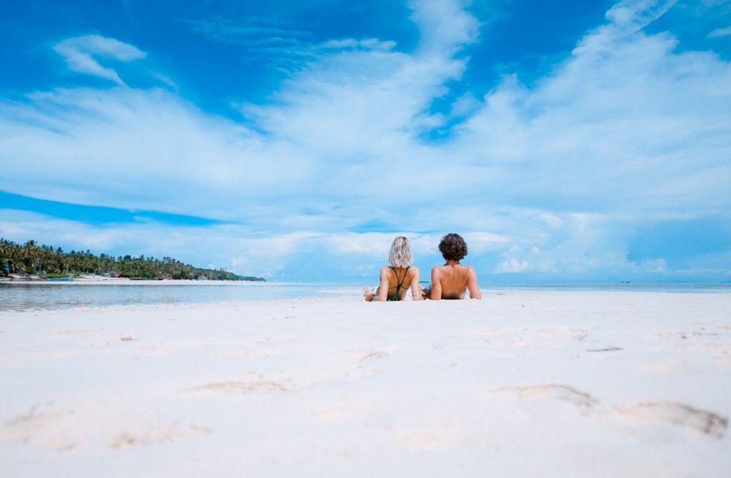 Rechtenvrije foto van twee mensen op het strand die overduidelijk gebruik hebben gemaakt van de Zomeraanbieding 2019 van Mackrad.nl door Toa Heftiba via Unsplash.