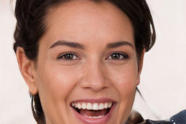 Een vrolijke brunette die onderdeel van de 100.000 rechtenvrije portretten is.