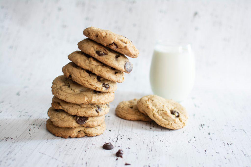 Rechtenvrije foto van een stapel koekjes door Christina Branco via Unsplash horende bij het artikel over ons cookie beleid.