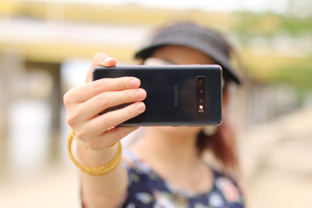 Foto van iemand die een selfie neemt van Cristina Zaragoza via Unsplash horende bij het artikel over Data Protection Day.